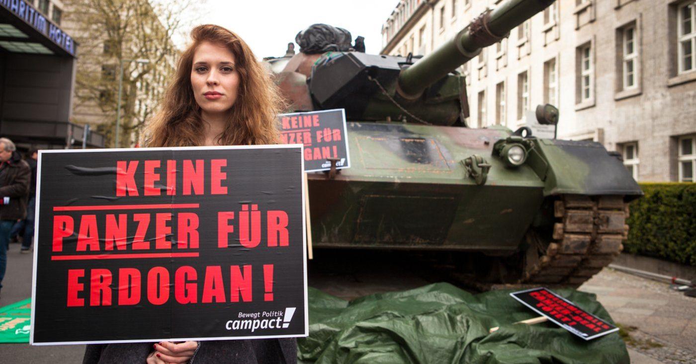 Rheinmetall, Türkiye'de planlanan tank fabrikasının iptalini duyurdu. Zırh Anlaşmasına karşı yüz binlerce kişi itiraz dilekçesini imzaladı ve bu itirazlar silah şirketinin şimdi anlaşmadan vazgeçmesine sebep oldu.
