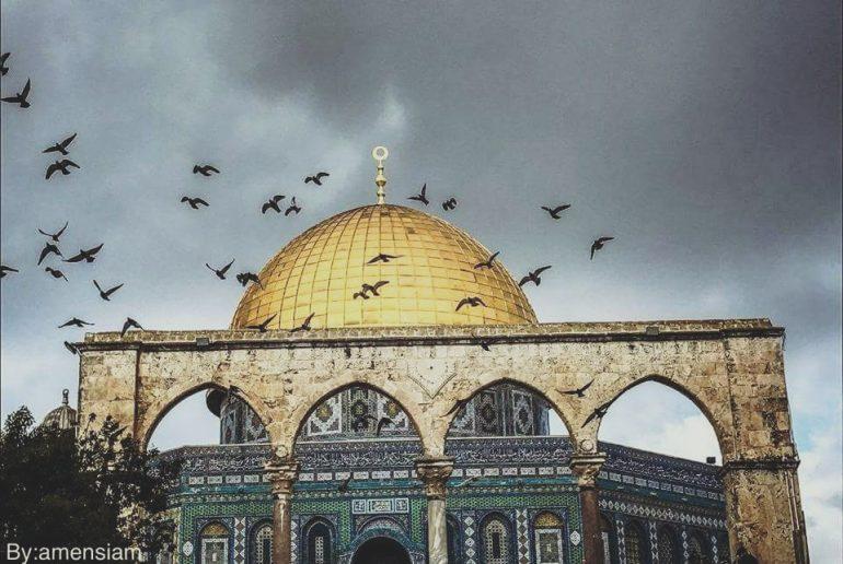 6 Aralık Salı gününün ana konusu Donald Trump'ın Kudüs hakkında açıklayacağı karardı. Türkiye'de siyasi yetkililer bir dizi açıklama yapıp İslam ülkelerinin liderleriyle görüşmeler gerçekleştirerek olacak duruma bir hazırlık içerisindeydiler. Bu konunun özünü, üretilmiş teorileri ve tarihsel bağlamdaki durumunu anlatmanın faydalı olacağı inancındayım.