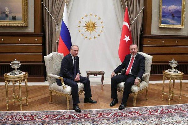 Son birkaç ayın muamması: Türkiye, özellikle Ankara, hangi açıdan NATO ile aynı çerçevede konumlanmaktadır? Son yıllarda Anadolu'da yaşananların hızlı gelişimi European and Middle Eastern Chancellery boğmaktadır. Sadece bu değil, 2015 yılının Ekim ayında Türk havacılığı tarafından Rus Jetinin düşürülmesi ülkemizi Moskova'nın gözünde düşman haline getirdi. Ancak bu durum uzun sürmedi. 16 Temmuz 2016'da başarısız darbe girişiminden birkaç ay sonra senaryo çapraz olarak yer değiştirdi. Bu vesileyle de Erdoğan'a ilk olarak Kremlin tarafından dayanışma çağrısı geldi. Ve Washington'dan darbe girişiminin kınanması Ankara'nın gözünde çok geç olmuştur.