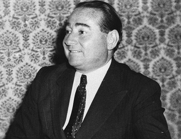 Türkiye Cumhuriyeti Devletinin kuruluşundan itibaren dış politika yapımında aktif bir biçimde kullanmış olduğu yol Tarafsızlık İlkesi iken, bu anlayış 1940'lı yılların ortasından itibaren terk edilmeye başlanmış ve yerini Aktif Amerikancılığa teslim etmiştir. Türkiye'nin 1952'de NATO'ya (Kuzey Atlantik Antlaşması Örgütü) üye olmasıyla beraber Ankara kendi çıkarlarını genelde Batı'nın, özelde ise ABD'nin çıkarları ile özdeş görmeye başlamış ve Menderes hükümeti ''Washington'un dikte ettiği politikayı harfiyen izlemekle Türkiye'nin çıkarlarına en iyi şekilde hizmet edileceğine'' inanmıştır. [1]