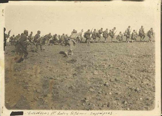 Türk tarafının direnişe geçmesiyle birlikte tersine dönmüştü. Dört yıllık sıcak savaş sırasında ağırlaşan harp koşulları, siyasi iradeden yoksunluk, ordu içindeki isyanlar, bilinmeyen topraklarda yolculuk, susuzluk, olumsuzluk hissi, savaş depresyonu ve anksiyete gibi psiko-siyasal birtakım sorunlar Yunan askerlerin maneviyatını derinden sarsmıştı. Bu durum askerlerin mücadele azimlerini örseleyerek savaşın çıktılarına doğrudan tesir etmiştir.