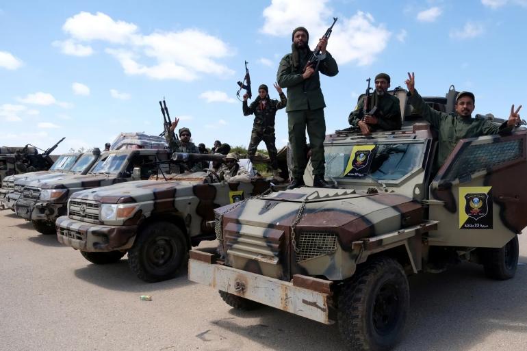 Libya Ulusal Ordusu kuvvetleri, Trablus'a ilerlemek için Bingazi'den yola çıkıyor. (Esam Omran Al-Fetori/Reuters)
