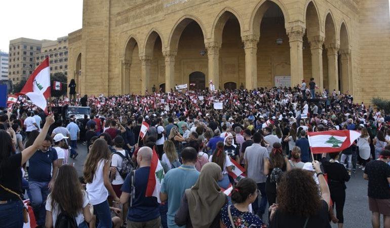 Lübnan'da binlerce kişi son günlerde başkent Beyrut'ta sokaklara döküldü. Protestocular; mali krizin çözüme kavuşturulmasını istiyor.